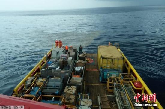 当地时间2018-12-10,印尼西爪哇省加拉璜海岸,印尼国家石油公司工人发现据信是狮航JT610的残骸。一架编号为JT610的狮航飞机当天从雅加达飞往邦加槟港,于起飞后不久失联,目前已确定在加拉璜地区附近坠毁。飞机上共载有188人,其中成人乘客178人、孩子1名、婴儿2名、机组人员7名。