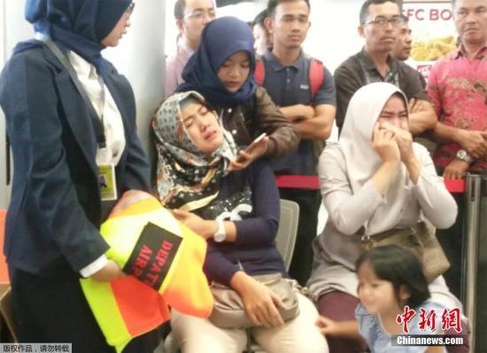 当地时间10月29日,印度尼西亚平浪邦加尔埃米尔机场,狮子航空JT610航班的乘客的亲属们在焦急等待。