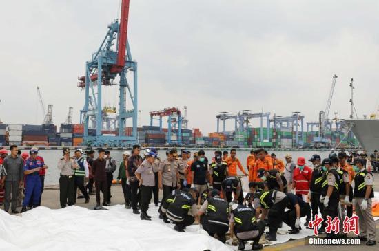 10月30日,印尼獅航失事客機搜救工作進入第二天。當局在雅加達北部的丹絨不碌港(TANJUNG PRIOK)碼頭設立的搜救協調指揮中心裡,大批救護車、警車集結待命,搜救部門、軍隊、警察、醫療部門等均設立協調指揮中心。從飛機失事海域尋獲的物品由運輸船隻及時運送至中心處理。圖為工作人員正在處理剛從飛機失事海域尋獲的物品。中新社記者 林永傳 攝