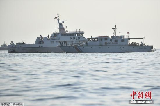 印尼国家搜救局当天已经派出3艘搜救船、一架直升机和多艘船只前往坠机地点紧急搜救,当地多艘渔船亦参与搜救。包括40名潜水员在内的300多名搜救人员参加紧急搜救。