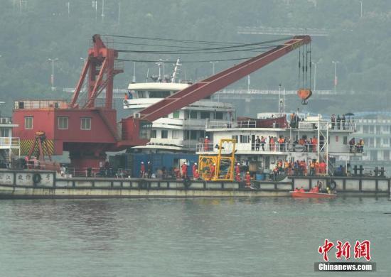 10月30日,重庆万州坠江公交车打捞。陈超 摄