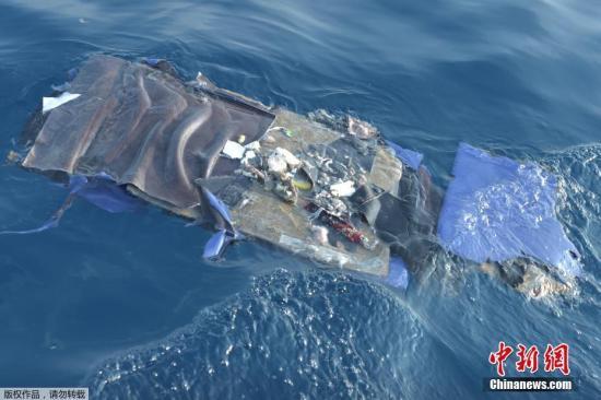 当地时间10月29日,印尼西爪哇省,印尼狮航空难坠海水域,遇难者遗物漂浮在海面上。10月29日,印尼一架编号为JT610的狮航飞机从雅加达飞往邦加槟港,起飞后在卡拉望地区附近坠海。印尼国家搜救局发言人表示,此次坠机事件无人生还。