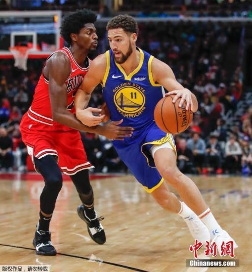 北京时间2018-12-17,NBA常规赛金州勇士做客芝加哥挑战公牛,克莱-汤普森全场射进14记三分打破队友库里保持的单场三分球纪录。最终,金州勇士149-124大胜对手。
