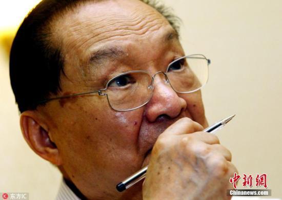 2003年7月24日晚,金庸在杭州香格裡拉飯店接受中外媒體采訪。梁臻 攝 圖片來源:東方IC 版權作品 請勿轉載