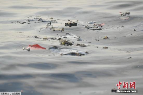 资料图:当地时间10月29日,印尼西爪哇省,印尼狮航空难坠海水域,遇难者遗物漂浮在海面上。印尼国家搜救局发言人表示,此次坠机事件无人生还。