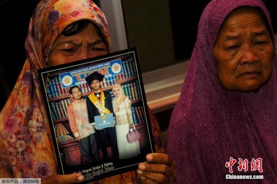 10月29日早间坠毁的印度尼西亚狮子航空公司(狮航)JT-610客机搜救工作将连夜进行。尚未发现幸存者,亦未发现飞机机身及黑匣子。图为遇难者家属手持遇难者的照片,悲痛欲绝。