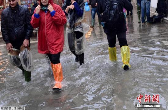 受强降雨影响,27日卡拉布里亚大区出现山体滑坡,造成4人不幸遇难;28日卡坦扎罗市一名驾驶帆船的土耳其公民失踪;29日,在恶劣天气中,列蒂省发生一起严重交通事故造成4死1重伤;29日,弗罗西诺内省一棵大树被刮倒,砸向路过汽车,导致车上两名年轻人不幸遇难。图为民众在威尼斯街头涉水前行。
