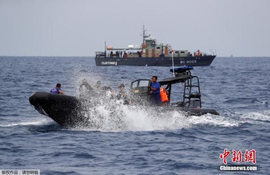 10月30日,印尼国家搜救局负责人班邦称,在西爪哇省附近海域坠毁的狮航JT-610客机,截至目前已找到9具遇难者遗体,救援行动仍在紧张进行中。此外,搜救队还找到了一些据信为失事客机的碎片,以及一些遇难乘客的随身物品。