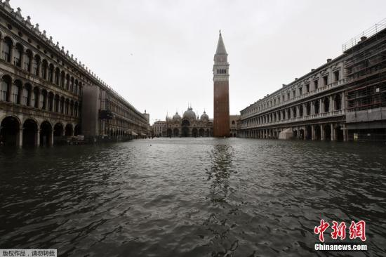 资料图:据外媒消息,当地时间10月27日,意大利迎来了新一轮大风降雨天气。截止到29日,恶劣天气造成了至少10人死亡,意大利民防局向各地区发布了橙色、黄色和红色预警。受强降雨影响,威尼斯城区水位急速上涨,威尼斯周边很多路段被水淹没。图为威尼斯圣马克广场积水。