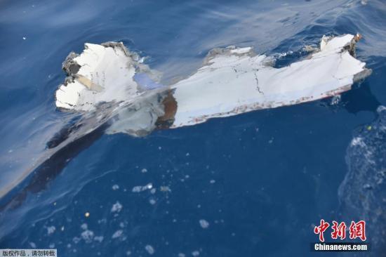 當地時間10月29日,印尼西爪哇省,印尼獅航空難墜海水域,遇難者遺物漂浮在海面上。10月29日,印尼一架編號為JT610的獅航飛機從雅加達飛往邦加檳港,起飛後在卡拉望地區附近墜海。印尼國傢搜救局發言人表示,此次墜機事件無人生還。