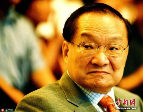2005年,中国香港著名武侠小说作者金庸,正式成为英国剑桥大学荣誉文学博士。图片来源:东方IC 版权作品 请勿转载