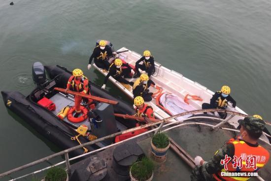 10月30日6时48分,潜水员开始下水作业。陈超 摄