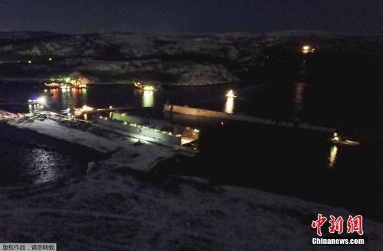 当地时间10月30日,俄罗斯摩尔曼斯克,一艘世界上最大的浮动船坞(PD-50)在维修俄罗斯海军库兹涅佐夫号航母时突然沉没。这起事故发生在俄西北部港口城市摩尔曼斯克外的一个修船厂中,据报有四名员工落入水中。
