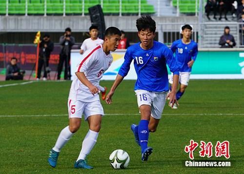 10月29日,第五屆阿裡體育杯15周歲以下國際青少年足球賽舉行A組揭幕戰,由韓國江原道隊對陣朝鮮的青年足球隊員。中新社記者 曾鼐 攝