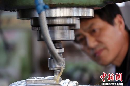 原料图:河北一公司工人在作业中。中新社记者 任海霞 摄
