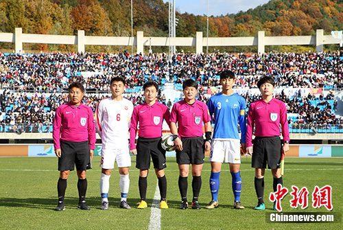 10月29日,第五届阿里体育杯15周岁以下国际青少年足球赛举行A组揭幕战,由韩国江原道队对阵朝鲜的青年足球队员。图为韩朝青年足球队队员和裁判合影。(主办方供图)