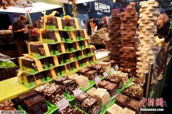 当地时间2018年10月30日,法国巴黎,当地举办巧克力交易会,各式巧克力摆放在柜台上。