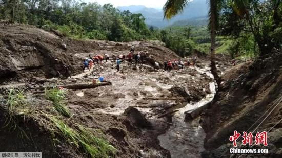 """当地时间10月31日,菲律宾北部高山省Natonin,受台风""""玉兔""""影响,当地发生山体滑坡,约20人被掩埋,声援人员睁开施救。据菲律宾当地媒体报道,日前,该国遭台风""""玉兔""""进攻,台风引发的山体滑坡造成20人被掩埋在正在建设的修建物内。"""