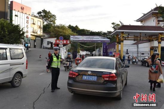 发生地震后,民警在西昌火车站广场疏导交通、维持秩序。杨宏林 摄