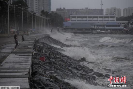 """台风""""玉兔""""于10月30日凌晨4点在菲律宾吕宋岛中部的伊莎贝拉省迪纳皮格市登陆,并带来狂风暴雨,部分地区发生泥石流灾害。菲律宾气象局称,""""玉兔""""登陆后最大风力达到了每小时170公里,部分海岸出现约三米高的大浪,一些地区发生房屋倒塌。"""