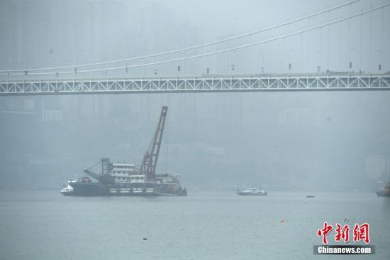 10月31日,浮吊船的挂钩进入水中。陈超 摄