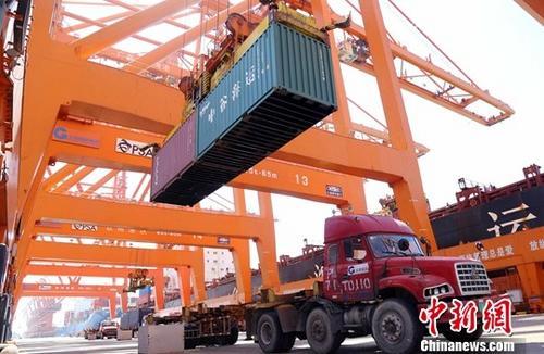 粤东首个10万吨级集装箱码头投入试运营