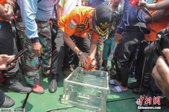 资料图:印尼狮航失事客机的黑匣子被打捞出水。