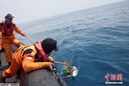 当地时间2018-12-14,印尼雅加达,印尼狮航JT610客机坠海搜救已进入第四天,救援人员打捞遗物。
