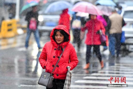 11月1日,新疆乌鲁木齐市街头,穿着厚厚冬衣的民众脚步匆匆。10月31日16时27分,乌鲁木齐市气象台发布了入秋后首个寒潮预警:预计未来48小时内,该市各区最低气温将下降8摄氏度以上,大部区域伴有雨雪和5级西北阵风,城区2至3日最低气温零下7℃左右,建议防范。中新社记者 刘新 摄