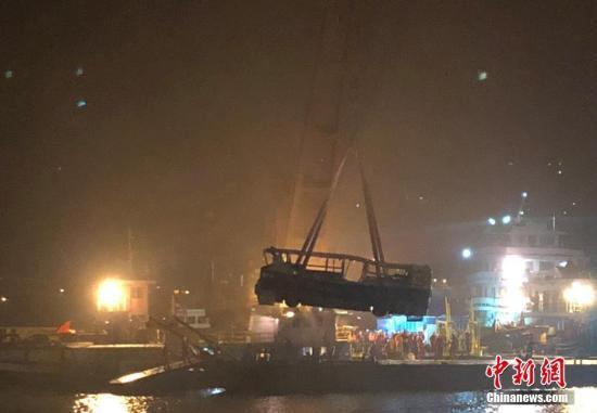 10月31日晚,重庆万州长江二桥坠江公交车被打捞出水。记者在重庆万州坠江公交车救援现场看见,公交车被四条绳索从四个方向包围,车身明显变形,车窗玻璃全部破裂。中新社记者 陈超 摄