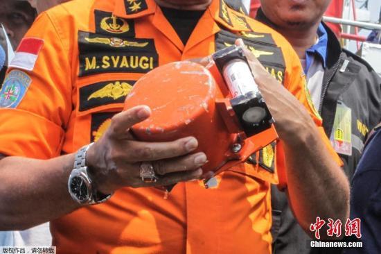 当地时间11月1日,印尼狮航失事客机第一个黑匣子被打捞出水。印尼媒体现场直播画面显示,一个呈橙黄色的黑匣子由两名潜水员打捞出海面,搜救船上的搜救人员用一个装有海水的白色方体容器接收了这个黑匣子。