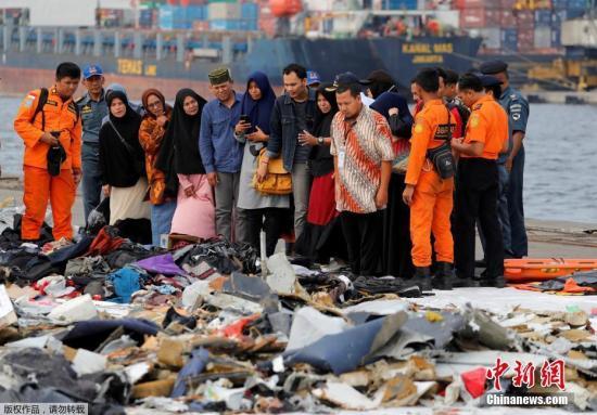 当地时间2018年11月1日,印尼雅加达,印尼狮航JT610客机坠海搜救已进入第四天,遇难者遗物摆满一地,家属辨认。