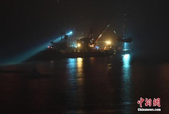 万州长江二桥坠江公交车打捞出水。陈超 摄