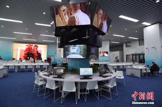 新闻中心配备了移动新媒体直播平台和4G网络移动传输系统。张亨伟 摄