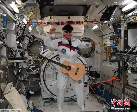 """2018年11月2日讯,国际空间站的ESA德国宇航员Alexander Gerst在周三发推传回国际空间站的万圣节问候,在图片上三位国际空间站船员打扮成太空猫王、星战暗军人达斯·维达、疯子科学家,配文""""在太空度过了惊悚一日,国际空间站船员祝行家万圣节喜悦""""。俄国空间站的宇航员Sergey Prokopyev打扮成了太空猫王,还配上了伪发、墨镜和吉他;Alexander Gerst则乔装成星战暗军人达斯·维达,挥舞着光剑;美国NASA的女宇航员 Serena Aunon-Chancellor 则打扮成疯狂科学家""""本色出演""""。ISS船员每年都会从太空发来万圣节的祝贺。"""