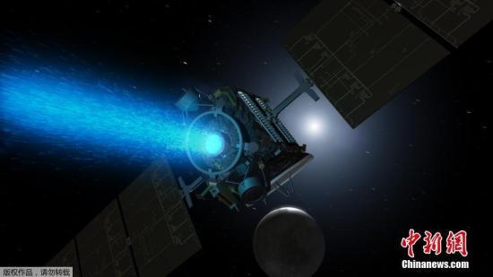 """""""黎明号""""探测器发射于11年前,曾经先后造访过小行星带中的两颗最大天体:灶神星和谷神星。现在它还在围绕谷神星的轨道上,在那还将继续孤零零待十几年,最后不可控地坠落在谷神星表面。图为""""黎明号""""小行星探测器在太空飞行(电脑合成图)"""