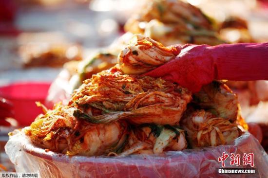 当地时间11月2日,韩国首尔广场,数千位来自各区政府、企业、民间团体和市民们共同参与首尔越冬泡菜制作活动。据悉,此次制作的泡菜将分发至各区生活贫困民众。