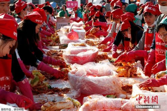 ��地�r�g11月2日,�n��首���V�觯��登�位�碜愿�^政府、企�I、民�g�F�w和市民��共同�⑴c首��越冬泡菜制作活�印��悉,此次制作的泡菜�⒎职l至各�^生活�困民�。