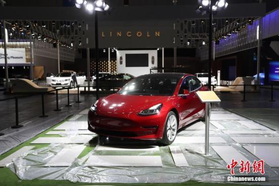 探访进博会汽车馆。特斯拉model 3亮相展会,它将成为特斯拉在华生产的第一款车型。张亨伟 摄