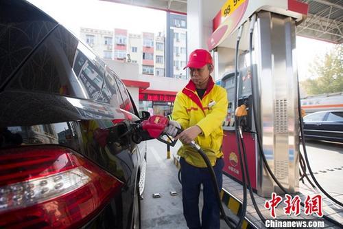 原料图:添油站内,做事人员正在给车辆添油。中新社记者 张云 摄
