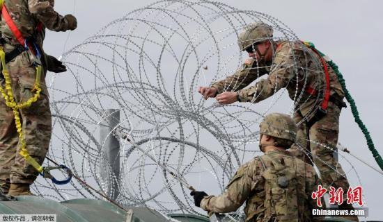当地时间11月2日,美国得州Hidalgo,中美洲移民大军压境美国,美国士兵在美墨边境安装铁丝网严防移民入境。