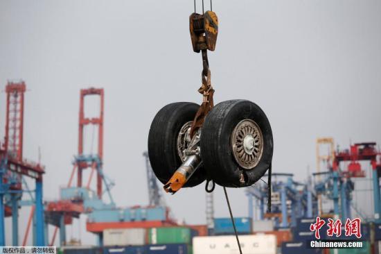 资料图:当地时间11月3日,印尼狮航客机坠海搜救进入第六天,救援人员整理坠机残骸。印尼国家搜救局2日表示,目前狮航失事客机的起落架、轮胎都已经打捞上岸。同时,遇难者遗体身份确认工作也在进行中。