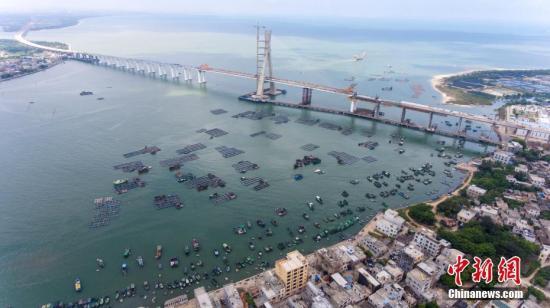 资料图:航拍海南铺前大桥。<a target='_blank' href='http://www-chinanews-com.oumeiyajiaju.com/'>中新社</a>记者 骆云飞 摄