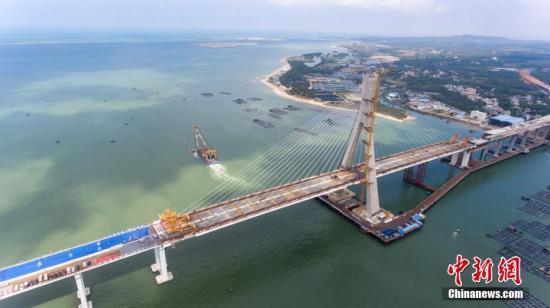 资料图:航拍海南铺前大桥斜拉桥主桥。中新社记者 骆云飞 摄