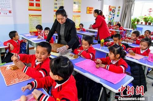 11月2日,新疆乌鲁木齐市新居社区,老师为学前班的孩子们分发鸡蛋和蛋糕,这是社区特意为孩子们准备的加餐。据介绍,新居社区是以廉租房、公租房住户为主的大型社区,为解决家长们的后顾之忧,社区成立了两个学前班,共为100名社区儿童提供免费学前教育。中新社记者 刘新 摄