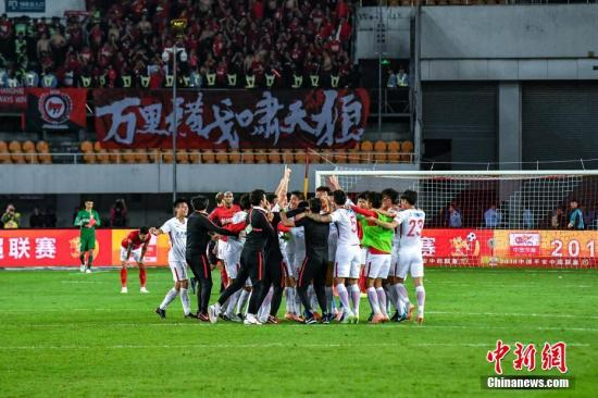 资料图:比赛结束后,上海上港球员拥抱庆祝。当晚,2018年中超联赛第28轮赛事展开,广州恒大淘宝主场4比5不敌上海上港。 中新社记者 陈骥旻 摄