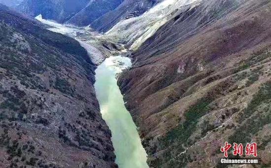 此外,据西藏自治区水文局报告,11月3日17时许,金沙江白格堰塞湖坝前站(距原堰塞体3公里处)水位出现上涨,至当日22时水位上涨6.71米;上游岗拖水文站22时水位3571.86米,流量为688立方米每秒;下游叶巴滩水文站3日20时水位为2701.08米,流量为908立方米每秒,至当日22时,该站水位2699.83米,流量为525立方米每秒,2小时水位下降1.25米。昌都市已安排江达县及驻昌部队和各警种,组织精干力量连夜赶赴现场核实此次山体滑坡的具体情况,要求现场人员密切关注滑坡点动态、随时预警预报,并启动与四川省甘孜州应急救援联动和信息互通共享机制。昌都市副市长高学文带领当地国土...