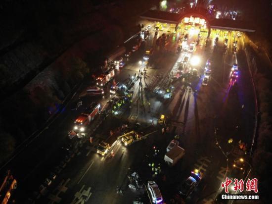 11月3日19时30分许,一辆辽宁籍重型半挂车行驶至兰临高速兰州南收费站出口处时先后与等候缴费的26辆车辆发生碰撞。司机自述因连续下坡、刹车失灵。截至4日5时,已导致15人死亡,44人受伤。杨艳敏 摄