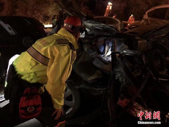 11月3日19时21分,兰海高速兰州南收费站发生交通事故。截至4日5时,已导致15人死亡,44人受伤。事故发生后,兰州市相关部门迅速开展生命救援,夜间当地下起了大雪,给救援增加了难度。 杨青 摄