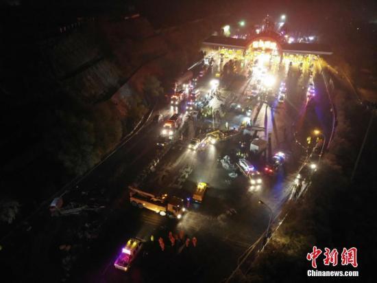 11月4日早晨,兰临高速兰州南收费站事故现场。 中新社记者 杨艳敏 摄